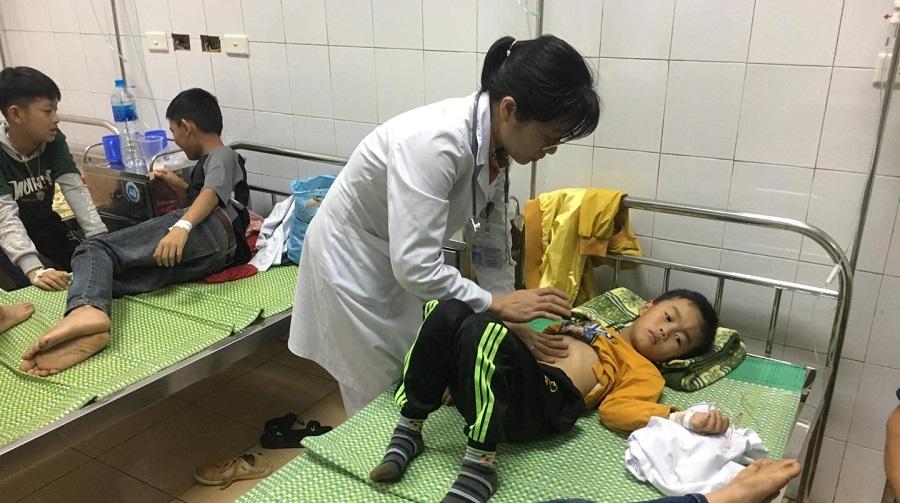 Học sinh được điều trị tại Bệnh viện Đa khoa tỉnh Hải Dương. (Ảnh qua kienthuc.net.vn)