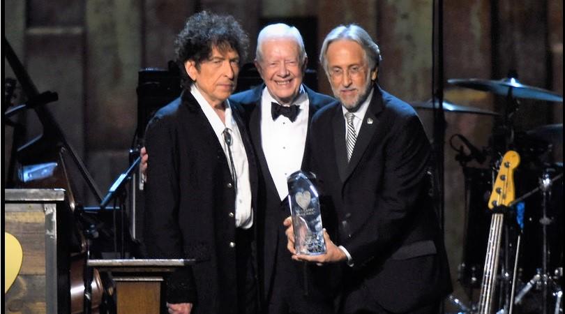 Cựu Tổng thống Jimmy Carter nhận giải Grammy trong đêm nhạc lớn ở Los Angeles, tối 10/2. (Ảnh qua godtv.com)