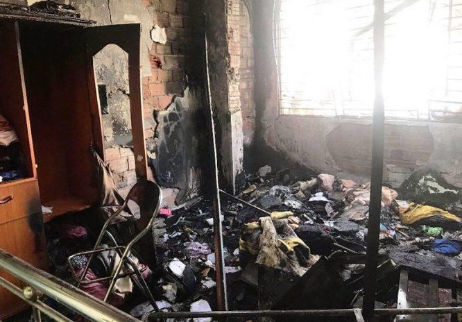 Cháy shop quần áo, nam thanh niên liều mạng cứu 2 cụ già, rồi lặng lẽ rời đi - H4