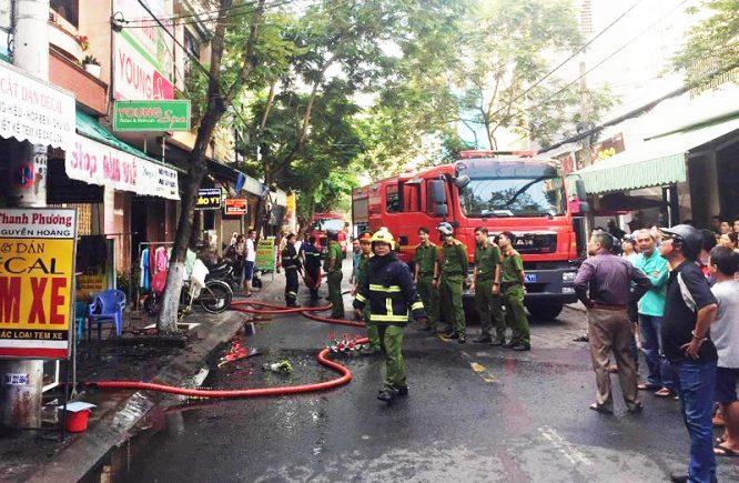 Cháy shop quần áo, nam thanh niên liều mạng cứu 2 cụ già, rồi lặng lẽ rời đi - H3