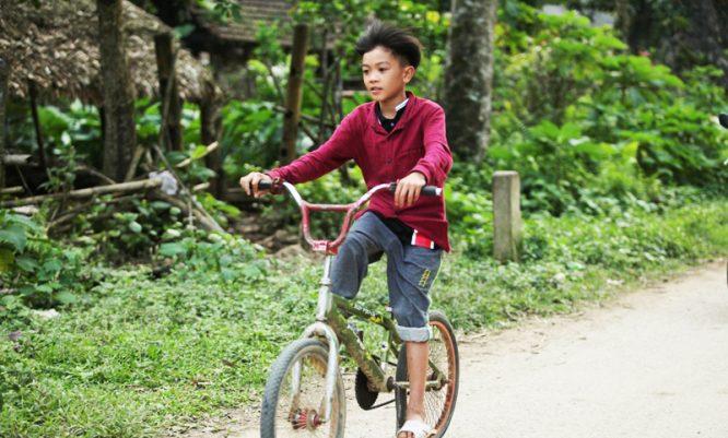 Cậu bé đạp xe hơn 100km để thăm em: Cộng đồng mạng tặng em 1 xe địa hình mới cứng - H1