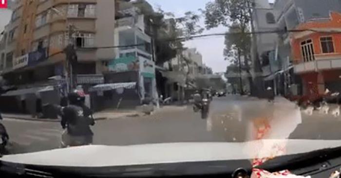 Vừa chạy xe vừa buôn chuyện, nữ ninja bị ô tô tông thẳng hất văng khỏi xe máy