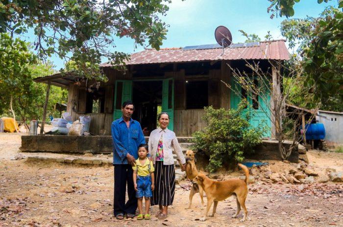 Cuộc sống thanh bình của đôi vợ chồng trên hòn đảo giữa lòng hồ Trị An.2