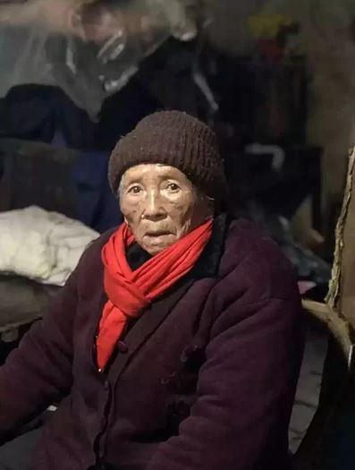Đi bộ gần một tiếng dưới mưa, cụ bà 98 tuổi quyết trả lại món nợ nhỏ từ 50 năm trước - H2