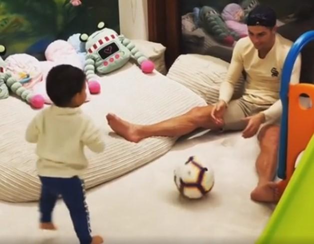 Ronaldo nô đùa bên các con trong ngày sinh nhật