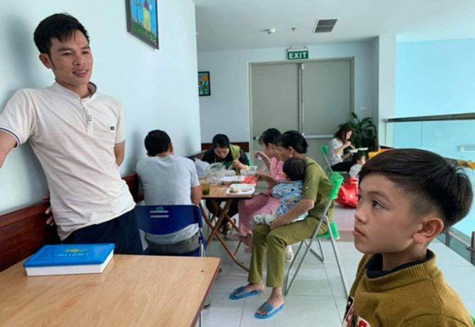 Cậu bé 13 tuổi đạp xe không phanh từ Sơn La xuống Hà Nội thăm em ở viện - H3