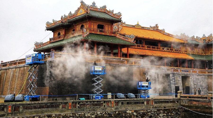 Cố đô Huế: Làm sạch Cổng Ngọ Môn bằng hơi nước nóng. Ảnh 1