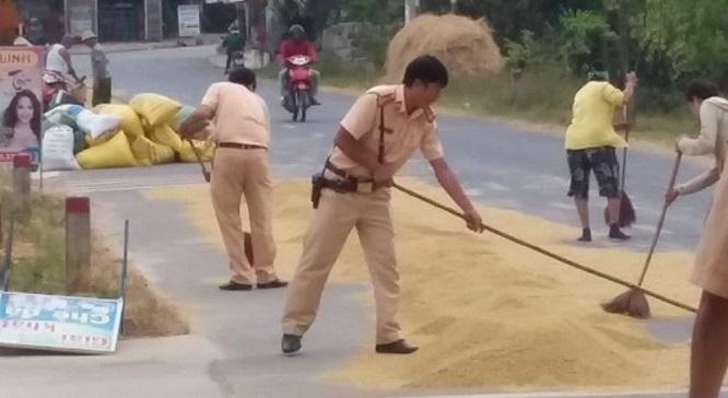 Quảng Trị: Cảnh sát giao thông giúp bà con gom thóc trước cơn giông