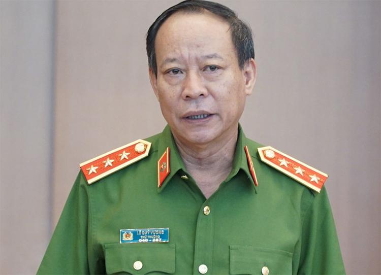 Ô tô dán hình Nguyễn Hữu Linh diễu hành trên phố. 6