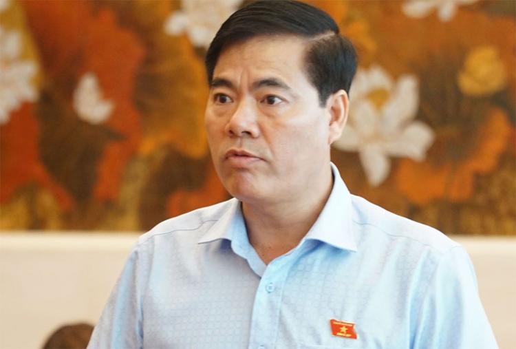 Ô tô dán hình Nguyễn Hữu Linh diễu hành trên phố. 7
