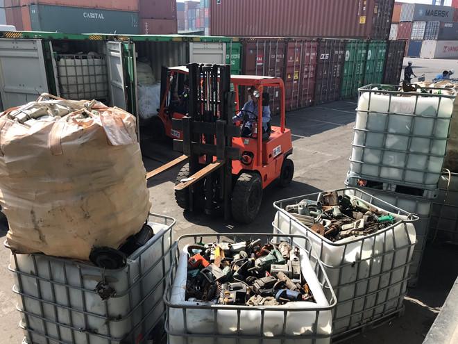 Phế liệu được nhập về cảng Cát Lái. (Ảnh: Ng. Nga)