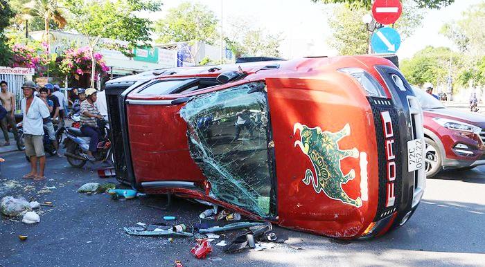 Xe cứu thương vượt đèn đỏ, tông liên hoàn khiến 3 người bị thương