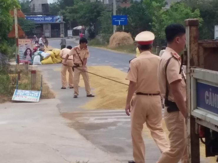 Quảng Trị: Cảnh sát giao thông giúp bà con gom thóc trước cơn giông - ảnh 2