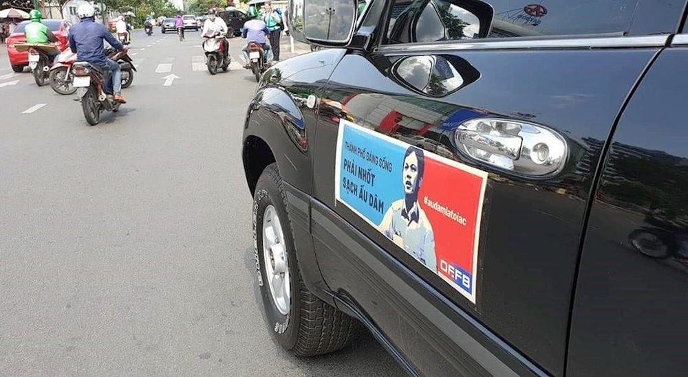 Ô tô dán hình Nguyễn Hữu Linh diễu hành trên phố. 3