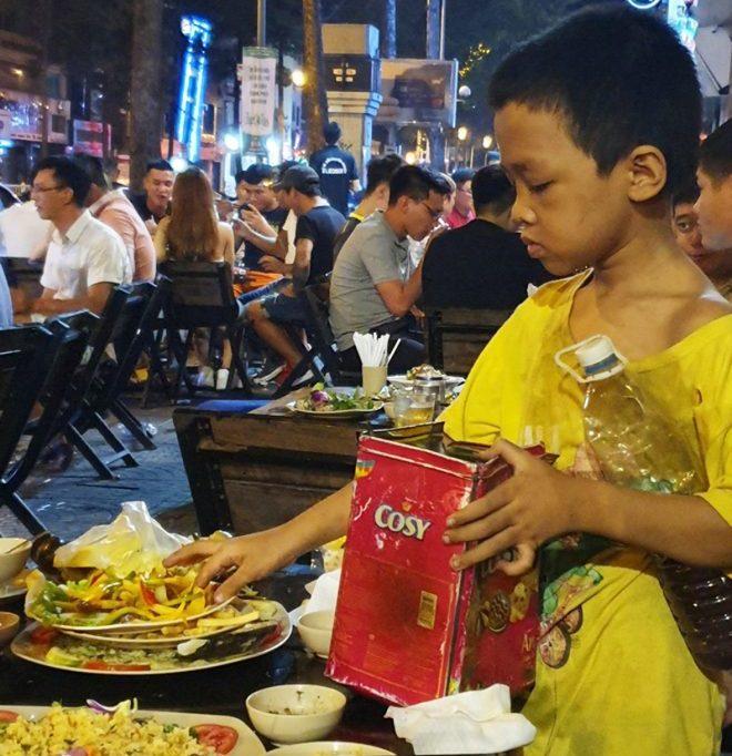 Cay sống mũi cảnh cậu bé lấm lem nhặt đồ ăn thừa lấp đầy bụng đói. 2