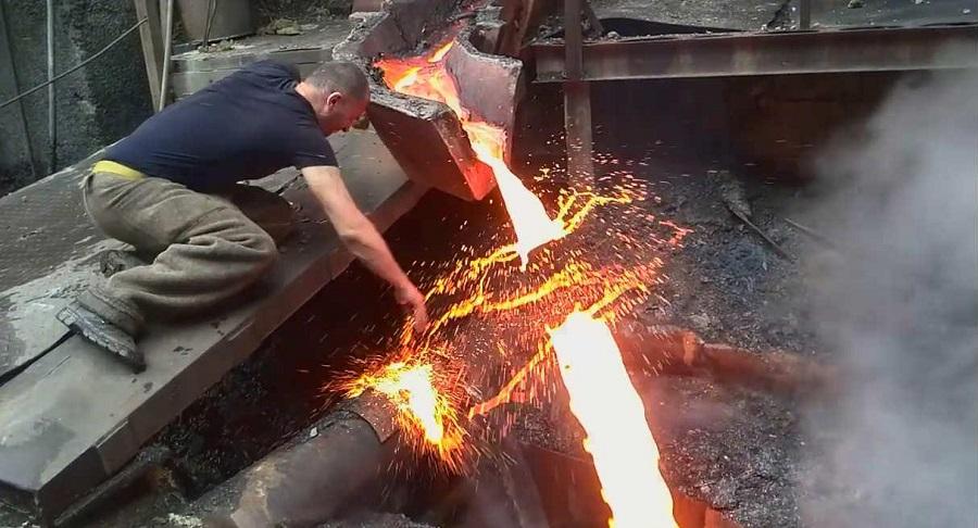 """""""Siêu nhân Armenia"""" đùa nghịch với kim loại nóng chảy 1.250 độ C. Ảnh 1"""
