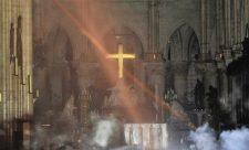 Cây thánh giá vẫn còn nguyên vẹn: 'Phép lạ' trong vụ cháy Nhà thờ Đức Bà Paris