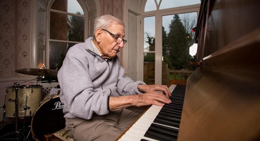 Ông lão mất trí nhớ trở về cuộc sống bình thường sau khi đoàn tụ với cây đàn piano. Ảnh 1