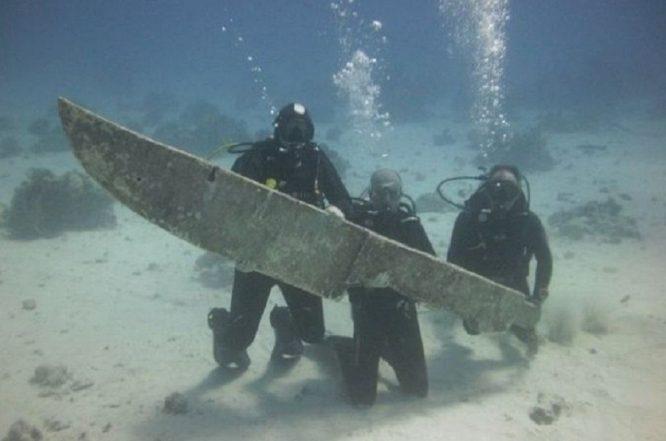 Con dao khổng lồ do 3 người thợ lặn tìm thấy.