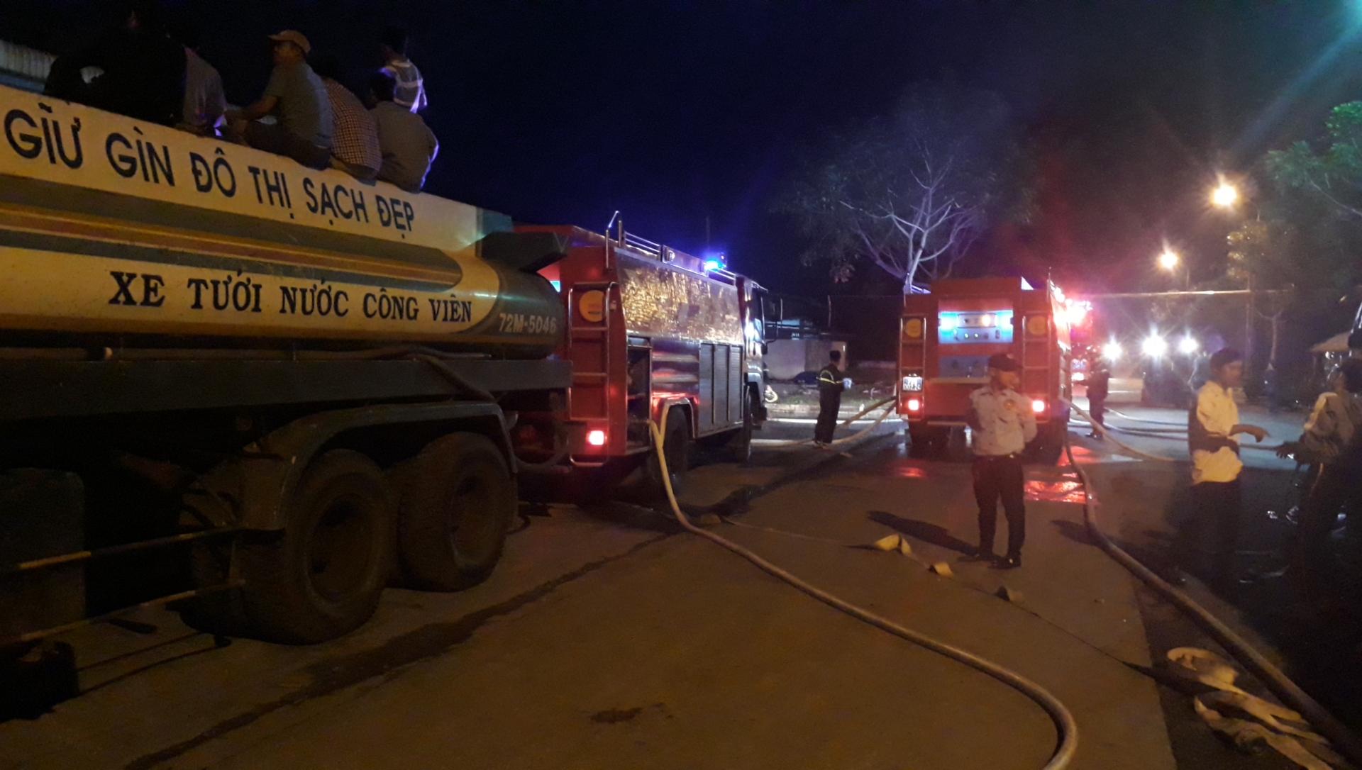 Xe bồn tưới cây cũng được huy động tham gia chữa cháy.