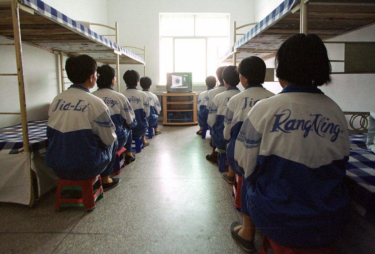 """Học viên Pháp Luân Đại Pháp ở trại lao động Mã Tam Gia đang xem một video """"cải tạo"""" trong buổi tuyên truyền do lãnh đạo trại sắp xếp ngày 22/5/2001. (Ảnh: Epoch Times)"""