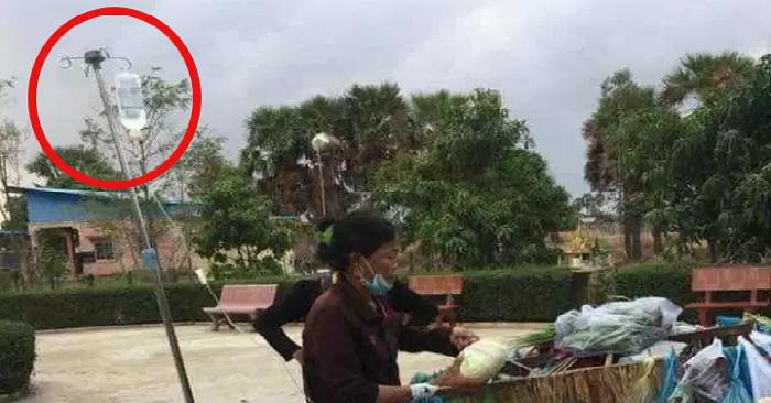 Xúc động hình ảnh người phụ nữ vừa truyền dịch, vừa bán rau giữa đường