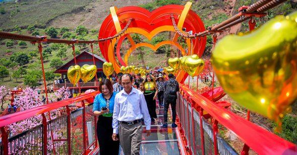 Cầu kính Mộc Châu chính thức khánh thành thu hút hàng trăm du khách