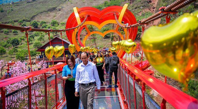Cầu kính Mộc Châu chính thức khánh thành thu hút hàng trăm du khách. 3