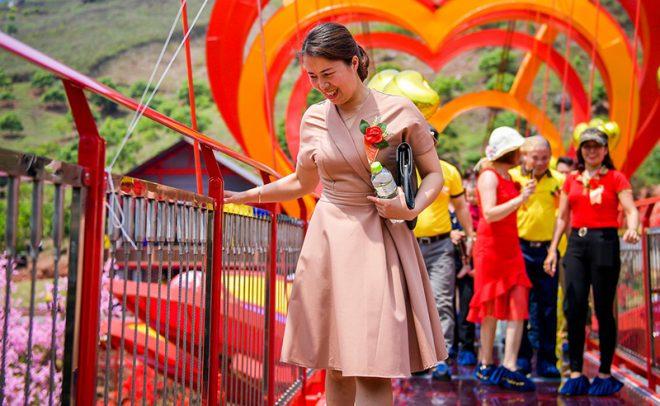 Cầu kính Mộc Châu chính thức khánh thành thu hút hàng trăm du khách. 4