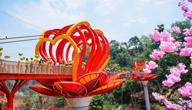 Cầu kính Mộc Châu chính thức khánh thành thu hút hàng trăm du khách. 2