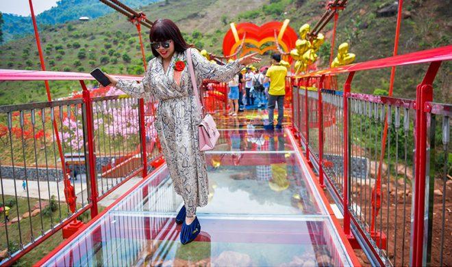 Cầu kính Mộc Châu chính thức khánh thành thu hút hàng trăm du khách. 9