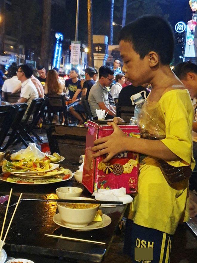 Cay sống mũi cảnh cậu bé lấm lem nhặt đồ ăn thừa lấp đầy bụng đói. 4