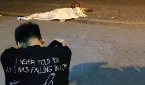 Nữ công nhân quét rác đêm bị xe 'điên' tông chết, cậu con trai lớp 9 ôm thi thể mẹ gào khóc