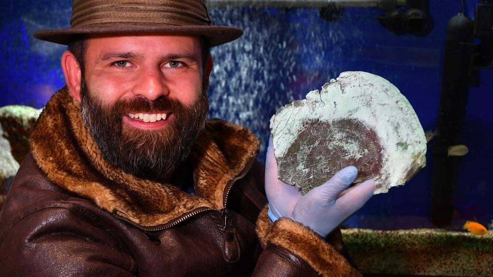 Tìm thấy chiếc mặt nạ cổ 10.000 năm tuổi chế tác từ 'Kim loại hiếm ngoài Trái đất' - ảnh 1