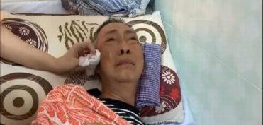 Biết bạn bè tới thăm, NS Lê Bình chỉ khóc, không thể mở mắt vì hoá trị quá đau