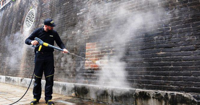 Cố đô Huế: Làm sạch Cổng Ngọ Môn bằng hơi nước nóng.2
