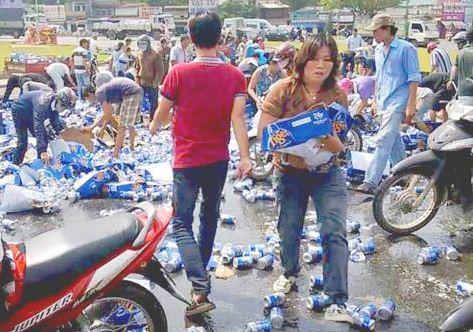 """Sài Gòn: Hàng chục người lao vào """"hôi bia"""" giữa quận 1, tài xế buồn bã bỏ đi - H1"""