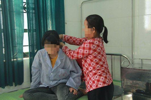 Em Y cùng bà nội tại bệnh viện.