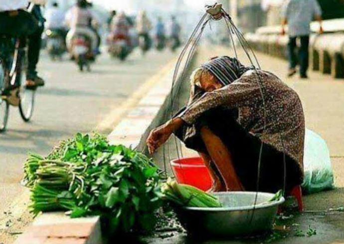 Xúc động hình ảnh người phụ nữ vừa truyền dịch, vừa bán rau giữa đường - H2