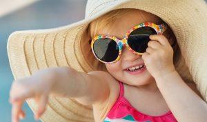 Mùa du lịch, tìm hiểu về kính râm cho bé