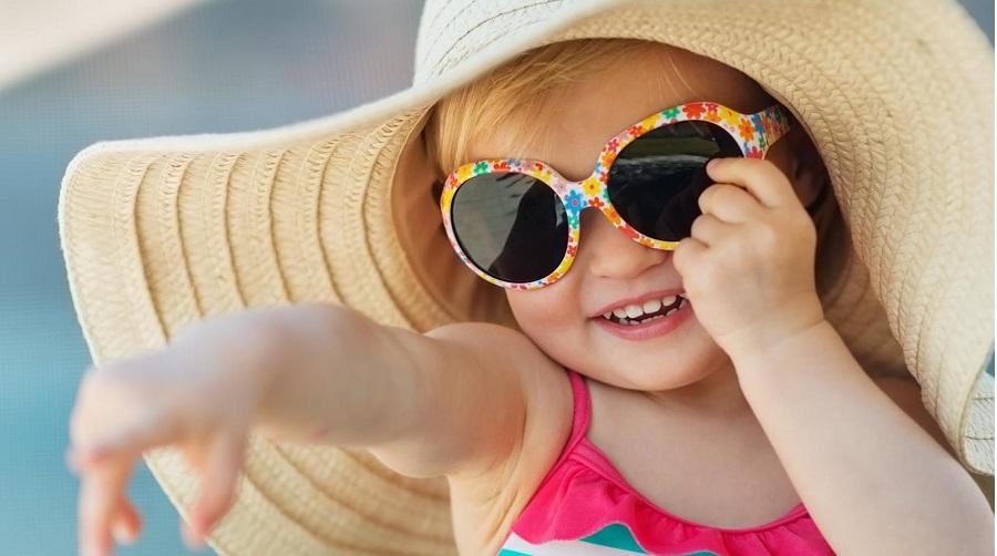 Mùa du lịch, tìm hiểu về kính râm cho bé. Ảnh 1