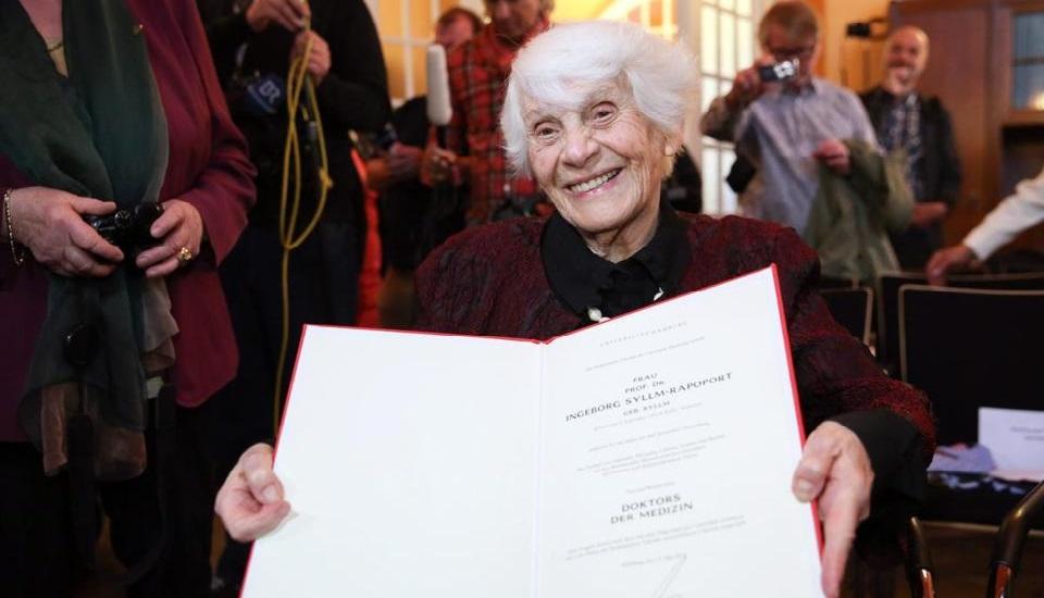 Phải đến 77 năm sau, bà mới nhận được tấm bằng xứng đáng thuộc về mình. (Ảnh qua The Boston Globe)