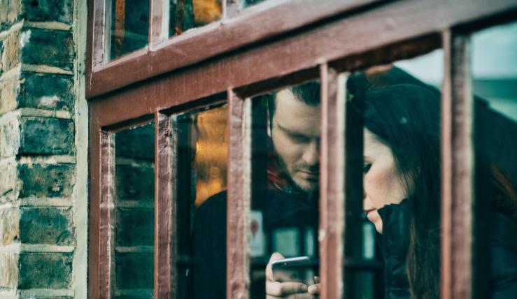 Mạng xã hội đã thay đổi cách chúng ta giao tiếp với bạn bè, gia đình, nhưng nó không đem đến cho chúng ta những cảm xúc tích cực như đã hứa. (Ảnh: Clem Onojeghuo/Unsplash)