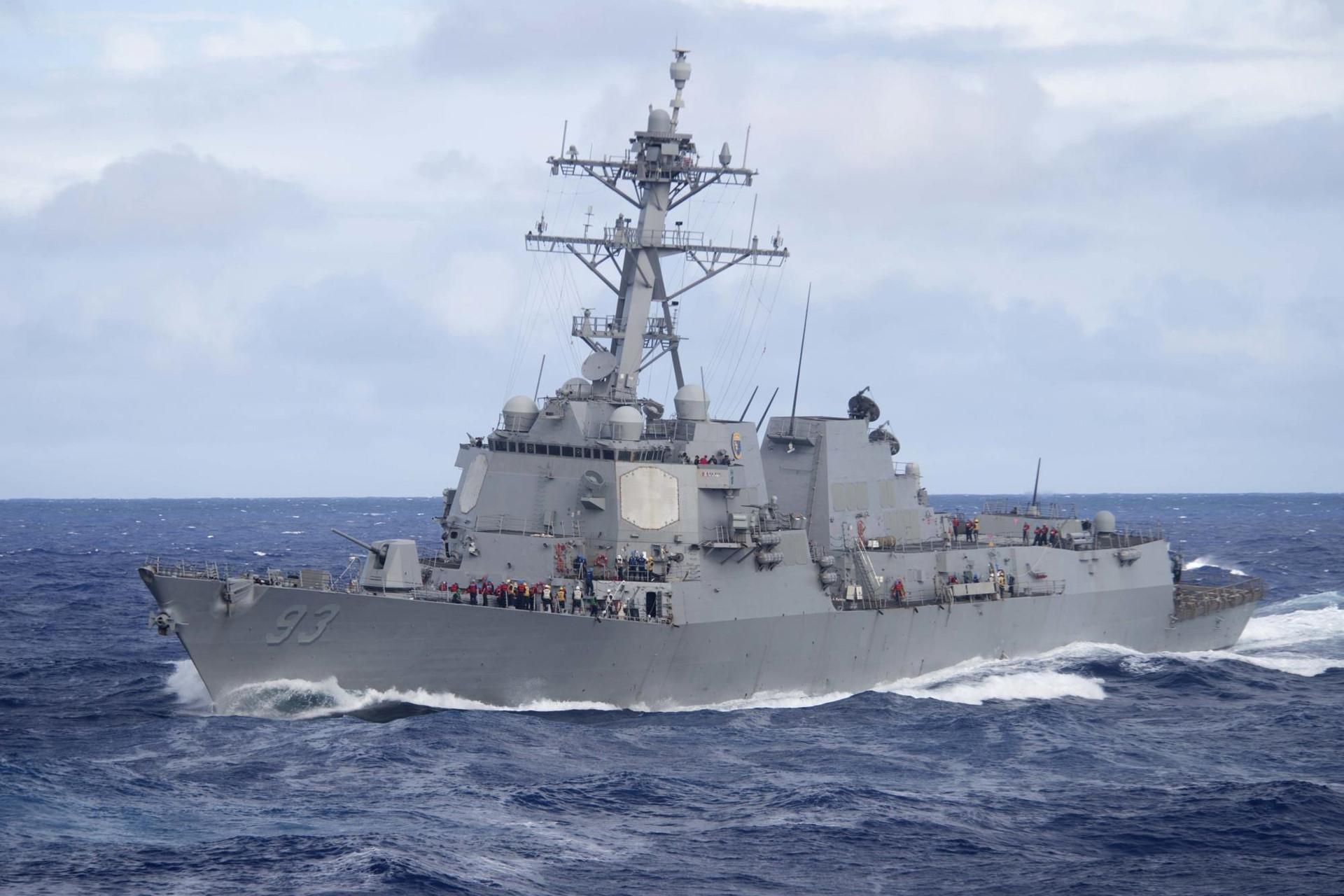 Tàu chiến Mỹ áp sát đảo Gạc Ma, thách thức sự chiếm đóng trái phép của Trung Quốc.2