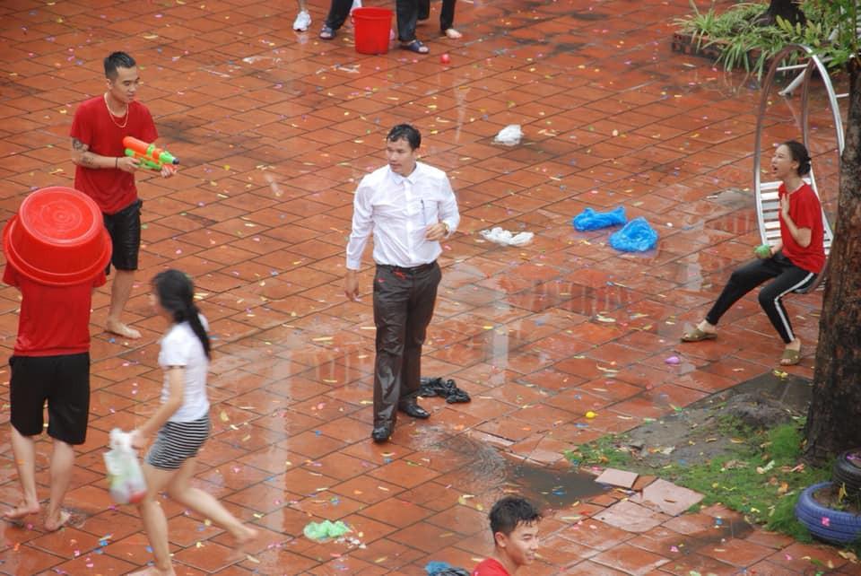 Thấy học sinh dùng súng phun nước bắn nhau, thầy hiệu phó vác vòi cứu hoả ra... H4