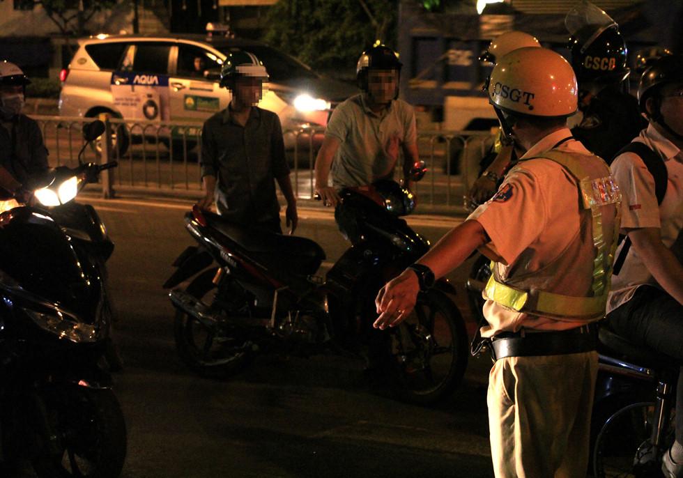 CSGT lập chốt ngay gần quán nhậu, dân Sài Gòn 'cố thủ' không về.2