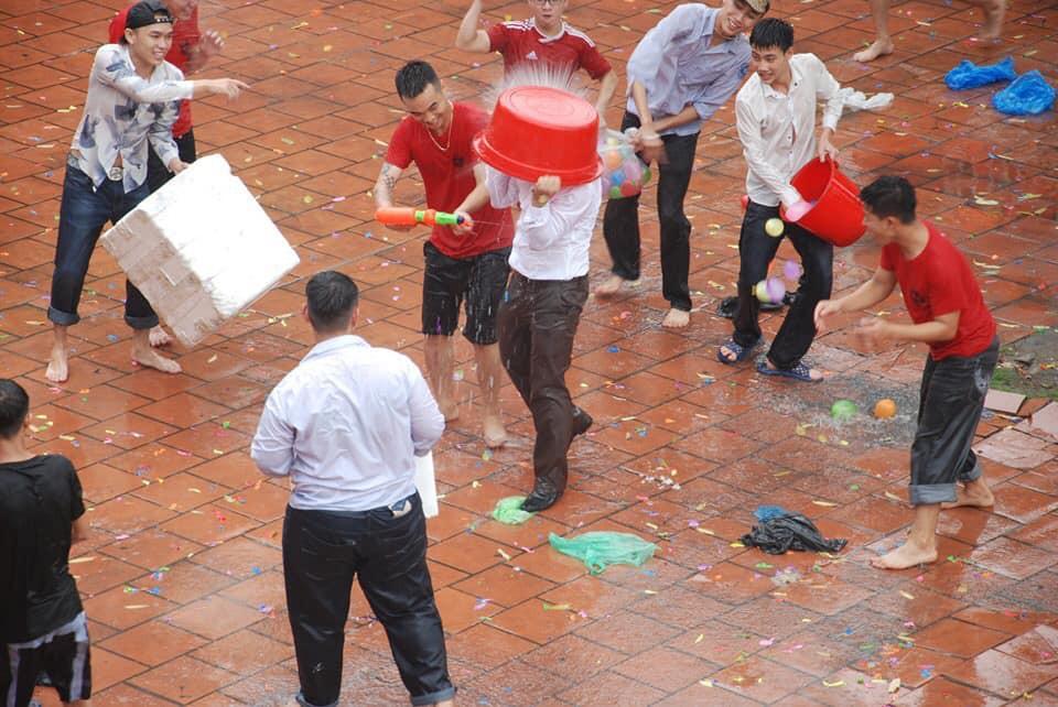 Thấy học sinh dùng súng phun nước bắn nhau, thầy hiệu phó vác vòi cứu hoả ra... H5
