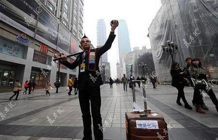 Ăn xin Trung Quốc: Phối đồ cực cool, sống như ông hoàng. 7