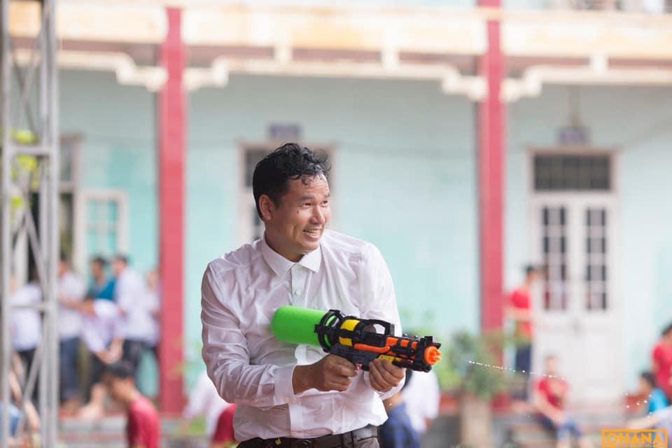 Thấy học sinh dùng súng phun nước bắn nhau, thầy hiệu phó vác vòi cứu hoả ra... H2