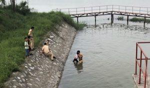Hà Nam: CSGT liều mình nhảy xuống sông giải cứu cháu bé bị đuối nước